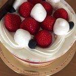 シャトレーゼ - 料理写真:デコレーションケーキ苺ツヤツヤ