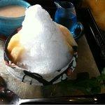 鬱花 - 桃のかき氷には、桃の果肉も4切乗ってます☆