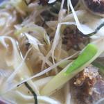 博士ラーメン別館 & HAKASE Thai 博士レストラン本店 - さまざまな具材