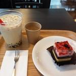 カフェレスト - 料理写真:タピオカミルクティーとベリー&ブラッドオレンジケーキ