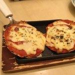三枚目 助五郎 - 「いか煎餅のサクサクピザ」 土台は南部せんべいです。