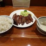 89451692 - たん焼き定食B(6枚)1850円 のご飯大盛り(+100円)