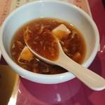 89452253 - 焼きそば付属のスープ。ナメコと豆腐のトロリとした中華スープ。