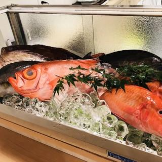 全国から直送される地魚を使用した、多彩な逸品が自慢。