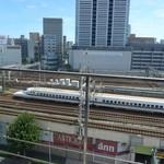 麺家獅子丸 - (おまけ)お店は、新幹線のガード下にあります。ちょうど、この写真で新幹線のアタマあたり…