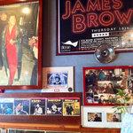 ジェービーズバー - 店内は、たくさんのレコードとリスペクトJB(ジェームズ・ブラウン)一色です。ゲロッパ!
