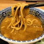日本の中華そば富田 - 麺にたっぷり絡める!