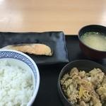 吉野家 - 料理写真:牛鮭定食です(2018.7.19)