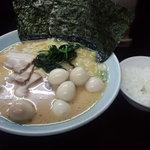 8947536 - ラーメン大、卵トッピング、油少な目、麺固め、ライス