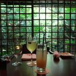 89471789 - 奥が、煎茶 レモングラス 手前が、白桃のスカッシュ  店内、格子戸の奥に小さな庭園が