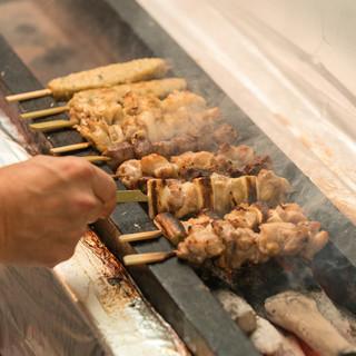 【炭火焼き鳥】鶏専門店こだわり、丹念に焼き上げる自慢の料理