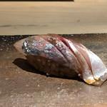 菊鮨 - 鯵(五島)・・少し冷やすことで旨みが増しています。