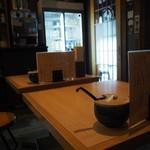 釜喜利うどん - 店内(2人掛けテーブル席)