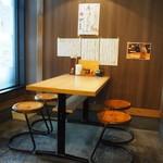 釜喜利うどん - 店内(4人掛けテーブル席)