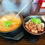 カルビ丼とスン豆腐専門店 韓丼 - カルビ丼ミニ&ホルモンスン豆腐セット 930円(税込)