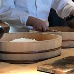 菊鮨 - ◆シャリの仕上げ・・シャリは「赤酢」と「白酢に赤酢を混ぜたもの」2種類用意されます。