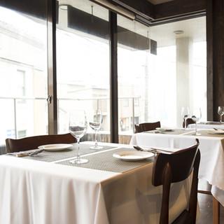 光と影のコントラストが美しい、隠れ家のようなレストラン