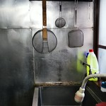 五番 - 店の厨房は古くとも清潔にしています。