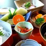 実乃花 - 夜の御膳は、刺身、フルーツ、ケーキつき