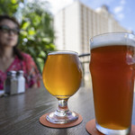 Maui Brewing Company - 左Pinapple Mana6.0ドル、右Rhine Kine8.0ドル。