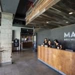 Maui Brewing Company - 階を上がったレセプション。撮らないで!と女性スタッフの一人がカウンターの向こう側にしゃがんで隠れています。