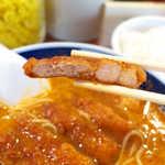 支那麺 はしご - この厚さ加減が絶妙。カラリと揚がったパイコーの衣に、タンタンスープがほど良く染みる