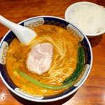 支那麺 はしご - 担々麺(¥800)。タンタンメンでなく「ダンダンメン」と呼ぶのが、はしご流。ライスは夜でも無料サービス