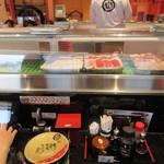 金沢まいもん寿司 - カウンター、皿が無い