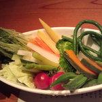旬工房 くら - 新鮮な野菜が並び、温かいアンチョビソースにディップで食べる!