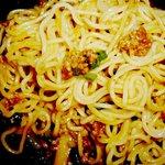 山小屋 - 肉味噌を麺に絡める
