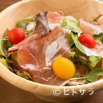 ビストロカフェ グラポン - ドレッシングが美味しい『生ハムとオリーブのイタリアンサラダ』