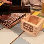 89513970 - 周年の祝いで振舞ってもらったお酒。升がかわいい。