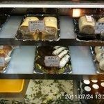 モアザン 地産地消カフェ ぷくぷく - 入り口付近ではロールケーキやシュークリームも販売