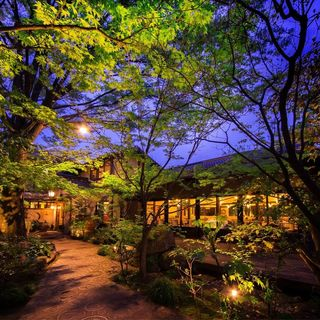 美しい木々に囲まれた隠れ家レストランで癒しのひとときを…