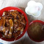 さとうのぶた丼 - 甘濃い炙り豚丼を濃厚マイルドにする温泉玉子(生卵も可)と紅ショウガが合いますね。