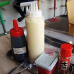 さとうのぶた丼 - 卓上には、七味・タレ・マヨネーズシャワーもあります。 甘辛いお肉にマヨはかなり快楽的な味になるはず! +10円の炙りマヨや+60円の炙りチーズもメニューにあります。