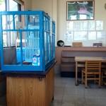 朝日屋食堂 - かき氷機が真ん中に置かれていました