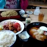 朝日屋食堂 - 唐揚げ定食(ご飯大盛り)、チャーシュー麺、家人の盛りそば(大盛り)