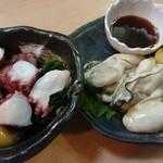 銀蔵 - 左:たこぶつ酢味噌(税込み580円)  右:特選生牡蠣ポン酢(税込み780円)