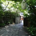 THE SODOH HIGASHIYAMA KYOTO - 敷地内から見た外門