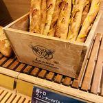 ベーカリー&カフェ ブルージン - 豚トロウインナーのバトン ¥350-