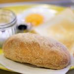 cafe OGU1 - モーニングセット 750円 の揚げパン、トースト、スクランブルエッグ、目玉焼き