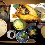 高級ブランド干物 『銀座伴助』 - 希少のどぐろ開き定食(並¥3218)。パチパチと脂を弾けさせて… 脂の乗り方が半端ではない