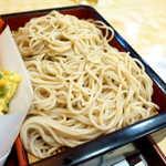 木挽町砂場 - 蕎麦は挽きぐるみが見られず単色、やや細め。非常に長い麺なのが特徴的
