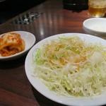 肉の館 羅生門 - 焼肉定食のサラダとキムチ