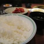肉の館 羅生門 - 焼肉定食のライス(大盛り無料)とスープ
