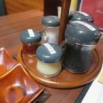 肉の館 羅生門 -    テーブル上の調味料類