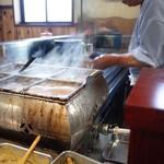 のんきや - おでん鍋の奥で焼かれる串物