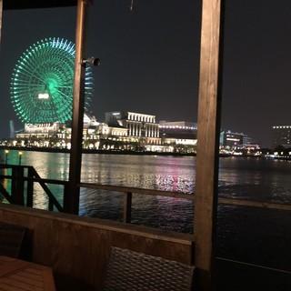 海に浮かぶカフェレストラン☆テラス席は横浜の夜景を独り占め!