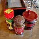 小代 行川庵 - 卓上に常備された調味料類
